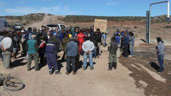 Los parceleros, en protesta. El EPAS hizo un cargadero que viene con agua potable del Mari Menuco, pero aún falta el sistema de distribución.
