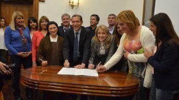 Las beneficiadas por la obra junto a Gutiérrez, Comelli y la monja Astorga.