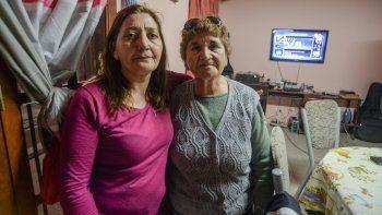 Julia y Mara, madre y hermana de Esteban Bertotto, el artesano asesinado.