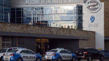 Los pibes en la terraza, mientras la Policía controlaba la situación.