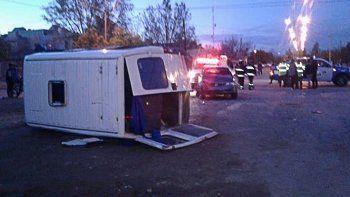 Violento choque y vuelco entre un auto y una camioneta en Huincul