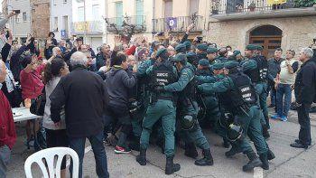 La policía española reprimió a los votantes