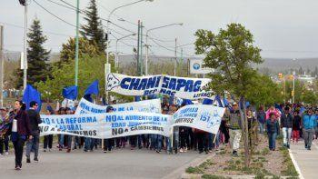 Militantes del partido provincial se movilizaron en defensa de la caja del ISSN. Los dardos apuntaron contra los dirigentes de Cambiemos.