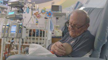 La emocionante historia del abuelo que cuida bebés prematuros