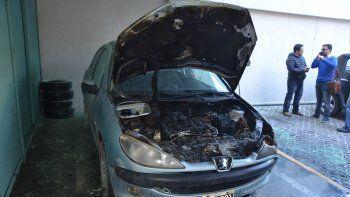 Se incendió un auto en la cochera de un edificio céntrico