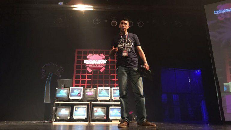 Marcelo Romero durante una de las charlas que dio en el evento de hackers más importante de Latinoamérica.