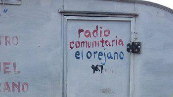 La puerta de la radio quedó dañada por los delincuentes que robaron.