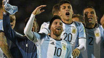 Los jugadores y su alegría festejando de cara a la hinchada Argentina que le hizo el aguante en Quito.