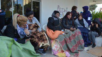 La protesta de las despedidas se concentró en las puertas del palacio municipal luego del desalojo pactado.