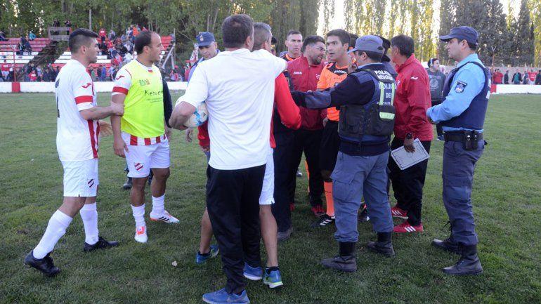Todo Independiente le reclamó al árbitro por un par de acciones en las que consideró que hubo penal.