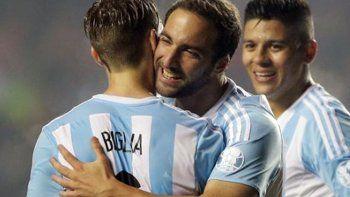 El abrazo entre Lucas y Gonzalo en viejos tiempos en la Selección.