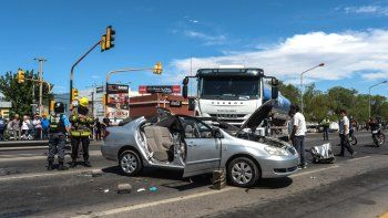 El Toyota Corolla quedó destruido luego de chocar con un camión que transportaba gasoil. Se investiga quién de los dos conductores cruzó en rojo.