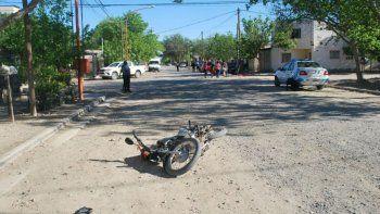 La moto de la víctima quedó tirada en la calle.