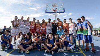 Gutiérrez con los jugadores de Centro Español y los chicos, tras el partido.