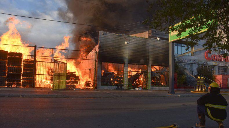 Bomberos trabajaron durante horas para controlar el fuego. Primero