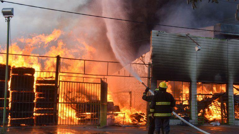 Bomberos trabajaron durante horas para controlar el fuego. Primero, los vecinos aportaron ayuda con baldes.