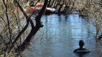 Este fue el tercer rastrillaje en el río Chubut y por primera vez participaron perros que siguen huellas en el agua.