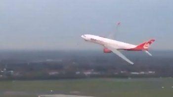 La polémica maniobra de aterrizaje de un avión