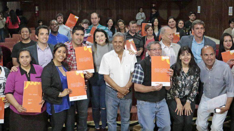 El intendente Horacio Quiroga estuvo junto a los propietarios de viviendas que recibieron las escrituras.