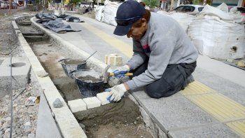 Un operario municipal trabajando en la diagonal España.