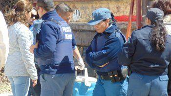 Personal policial durante las pesquisas realizadas bajo la mirada de la fiscal Laura Pizzipaulo.