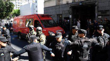 El juez Gustavo Lleral prohibió que los que participen de la autopsia ingresen al lugar con teléfonos celulares.