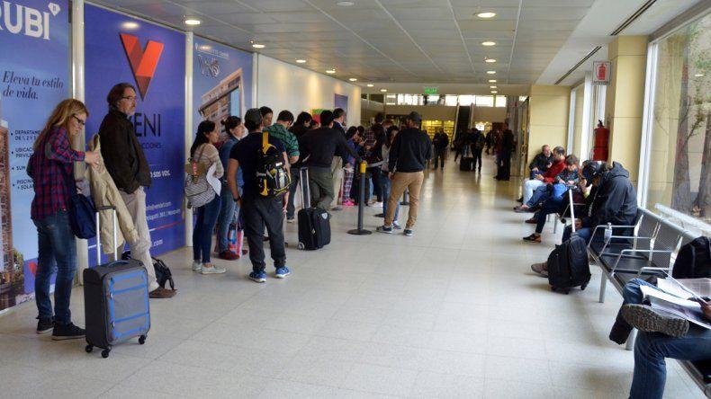 Hay días en que el flujo de pasajeros es constante en la aeroestación neuquina. Los pasajeros consideran que ya deberían pensar en una ampliación.