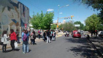 El viernes por la tarde estudiantes reclamaron en la calle la reincorporación de la directora.