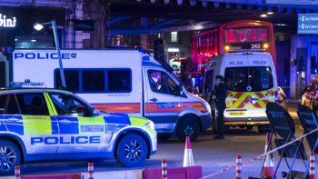 La policia británica rodea el centro comercial de Nuneaton, Inglaterra.