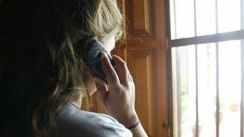 La adolescente llamó al 911 y denunció el ataque contra su madre.