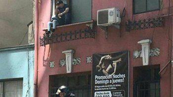 Algunas parejas tuvieron que escaparse por las ventanas.
