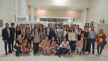 Autoridades, profesores y alumnos que participaron en la inauguración de la muestra colectiva Diversidad.