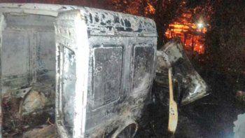 Hasta una camioneta se quemó en la vivienda del barrio Limay.