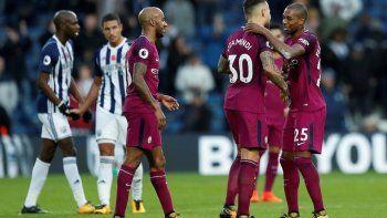 Los jugadores de Manchester City festejan el triunfo y la punta en el campeonato.