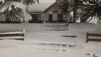 En Junín de los Andes se formó una carpeta densa de nieve.