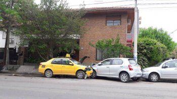 Un taxista se descompensó y chocó un auto estacionado
