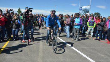 El gobernador inauguró ayer una pista de ciclismo en la Ciudad Deportiva.