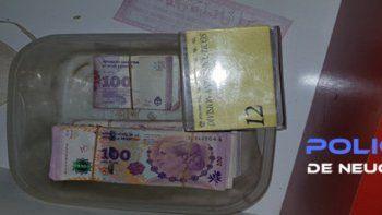 La Policía allanó y secuestró cocaína y marihuana fraccionadas para la venta, además de dinero en efectivo y elementos de corte. Detuvo a tres personas.