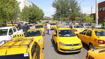 Los tacheros neuquinos se plantaron contra la llegada de Uber manifestando que harán protestas para impedirlo.