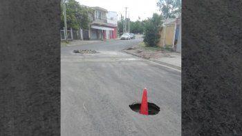 Inauguraron el asfalto pero a los dos días se rompió