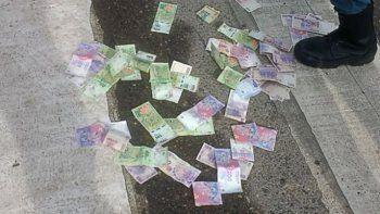 Insólito: lo detuvieron cuando tiraba plata por la calle