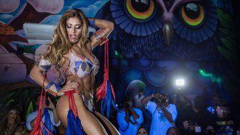 La modelo Rosie Oliveira paseó con una bandera que decía Fuera Temer.