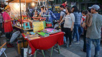 Decenas de artesanos armaron sus puestos en la Avenida Argentina.