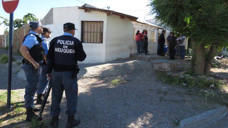 La policía realizaba allanamientos en el barrio vinculados con el hecho.