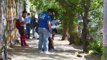 Se pelearon a los palazos por un lugar en la plaza Güemes
