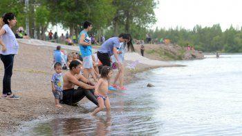 Como consecuencia de las altas temperaturas registradas en los últimos días, la gente ya empezó a utilizar los balnearios de la ciudad.