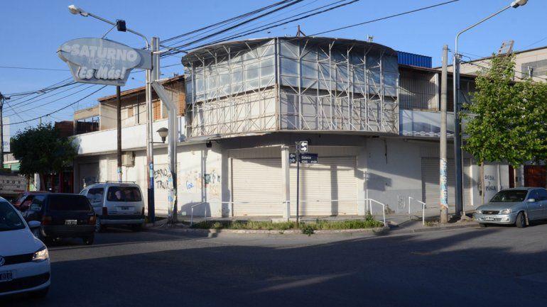 Así quedó la fachada del local de Saturno Hogar de la intersección de Godoy y Galarza
