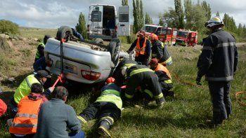 una mujer quedo atrapada en el auto tras volcar en la ruta 23