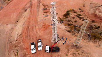 Personal y equipos del EPEN trabajando en las torres de alta tensión pertenecientes a la empresa.