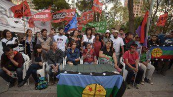 Un centenar de personas se manifestó ayer por el centro de Neuquén para repudiar los allanamientos.